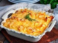 Рецепта Бърза и вкусна запеканка с картофи, сирене, кашкавал, пресен лук,  кисело мляко и яйца на фурна